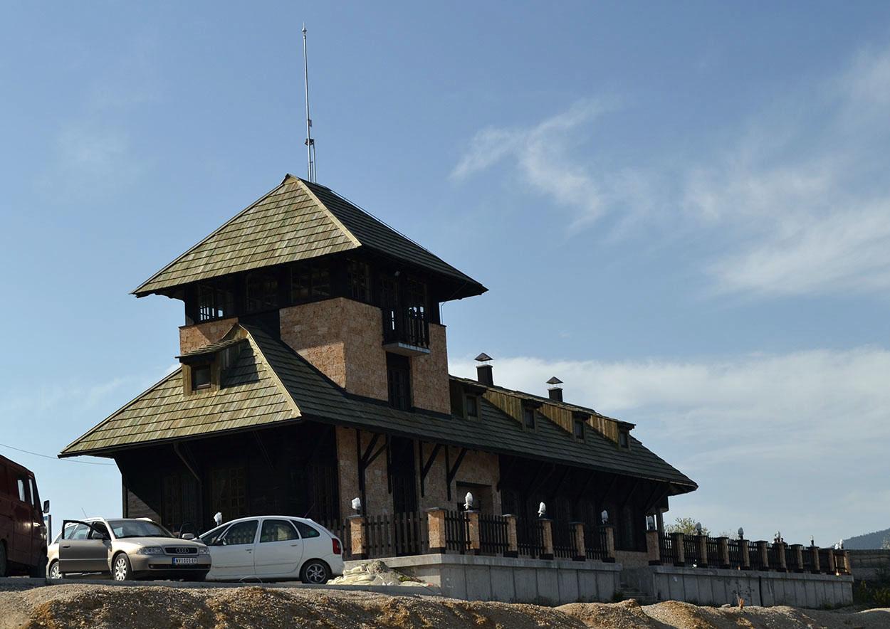 Vizitorski centar na Zlatarskom jezeru Vizitorski centar se nalazi na obali Zlatarskog jezera u mestu Kokin Brod. Sa ovom mesta polazi brod skela koja žitelje obližnjih sela vozi do svojih kuća.
