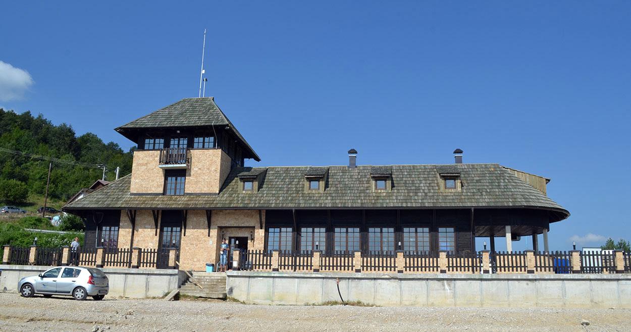 Vizitorski centar na Zlatarskom jezeru Vizitorski centar se nalazi na obali Zlatarskog jezera i nalazi se u mestu Kokin Brod. Sa ovom mesta polazi brod skela koja žitelje obližnjih sela vozi do svojih kuća.