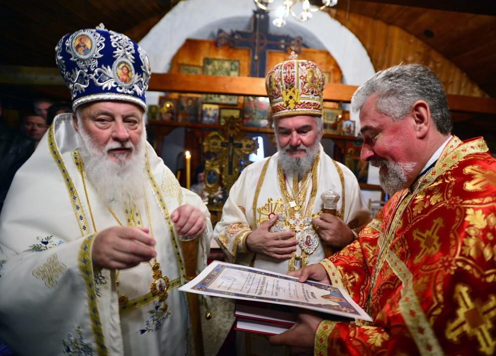 Priznanja za trud vladici kanadskom Georgiju i svšteniku Prvoslavu Puriću (foto: D. Gagričić)