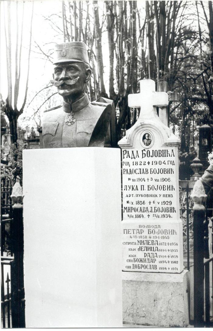 Porodicna  grobnica na Novom groblju u Beogradu