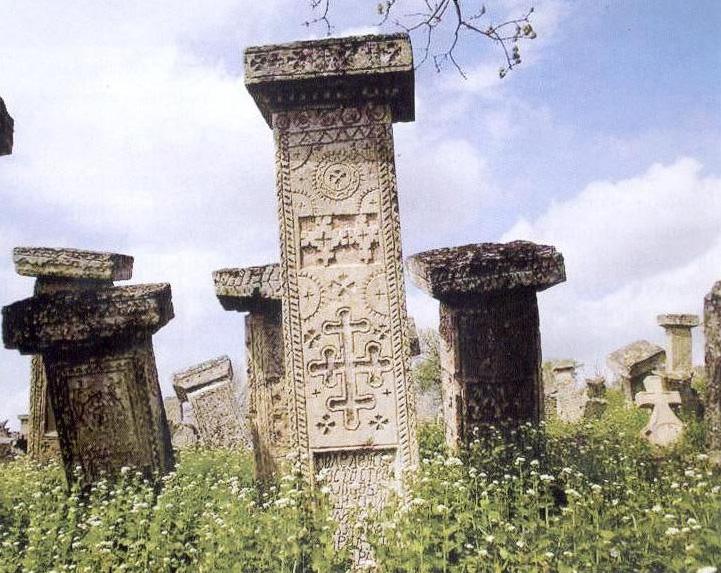 Stecci sa raznim simbolima i motivima
