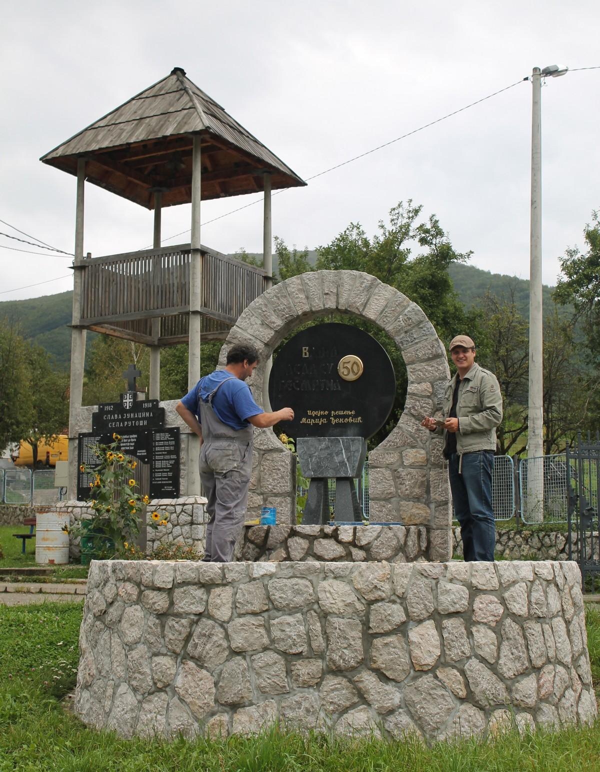 Spomen-obeležja u dvorištu škole u Rutošima