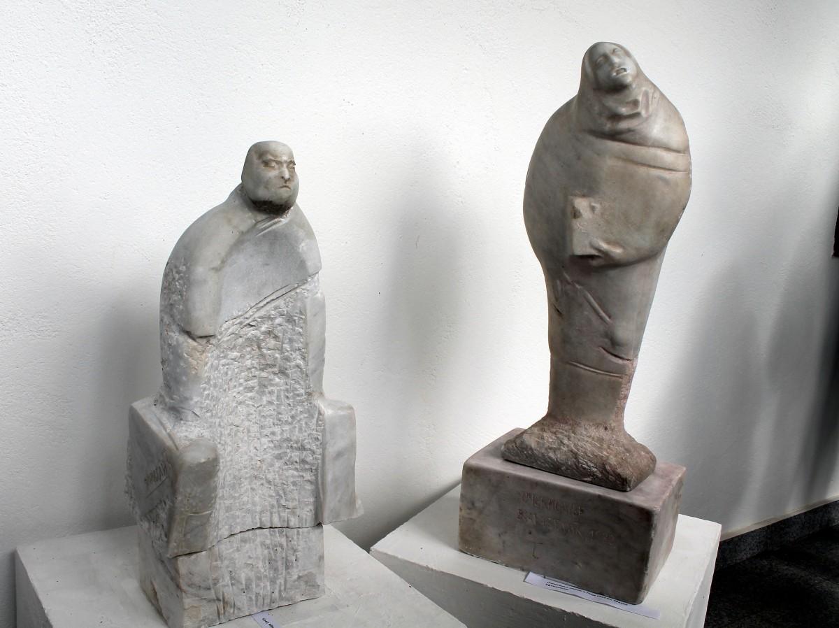 Kamene skulpture ispred konaka