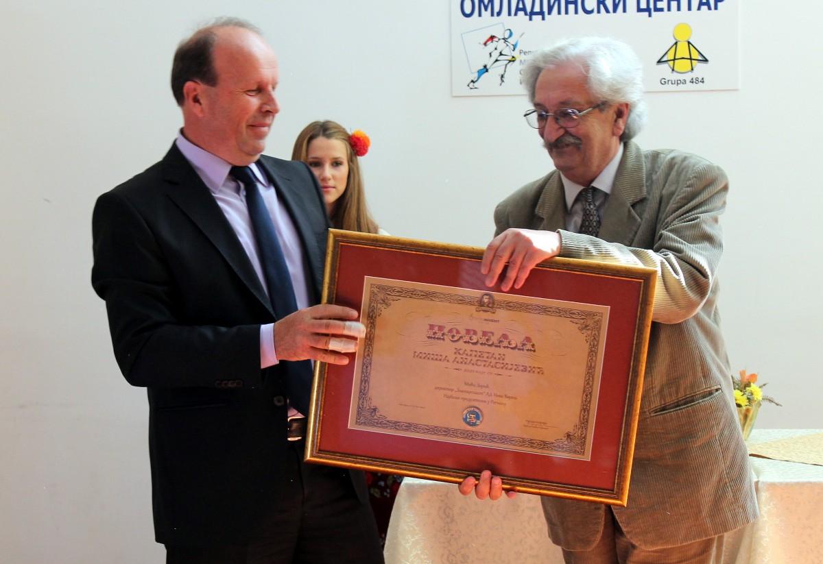Nagradu Micu Zoricu, direktoru Zlatarplasta, urucio je pesnik Pero Zubac