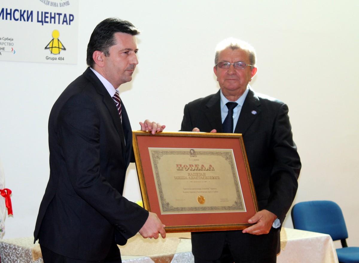 Priznanje Arsenu DJuricu, direktoru Turisticke organizacije Zlatibor, urucio je Dragoslav Nikolic, predsednik RPK Uzice
