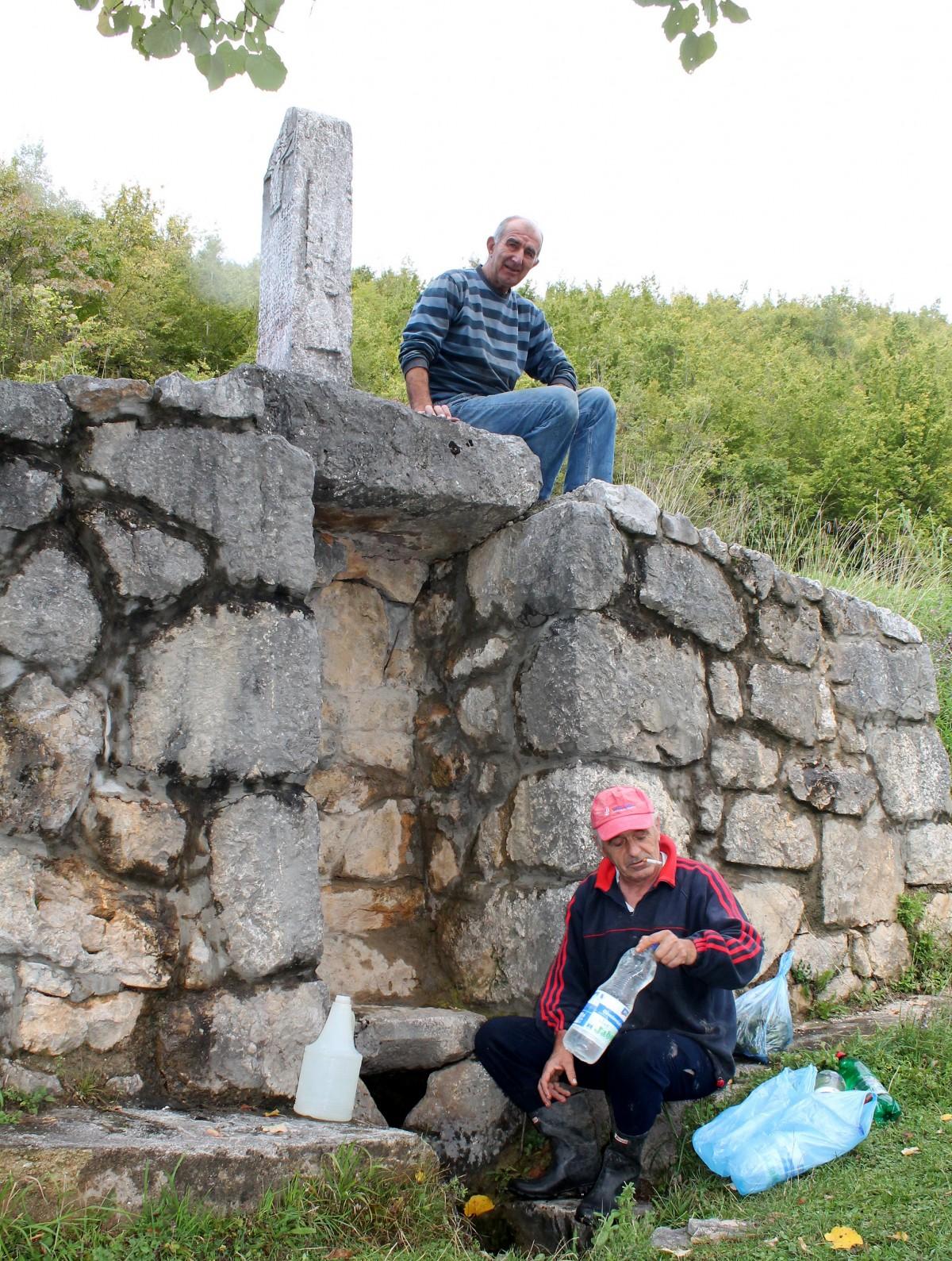 Крепи водом, подсећа потомке и чека ограду - чесма у Дражевићима