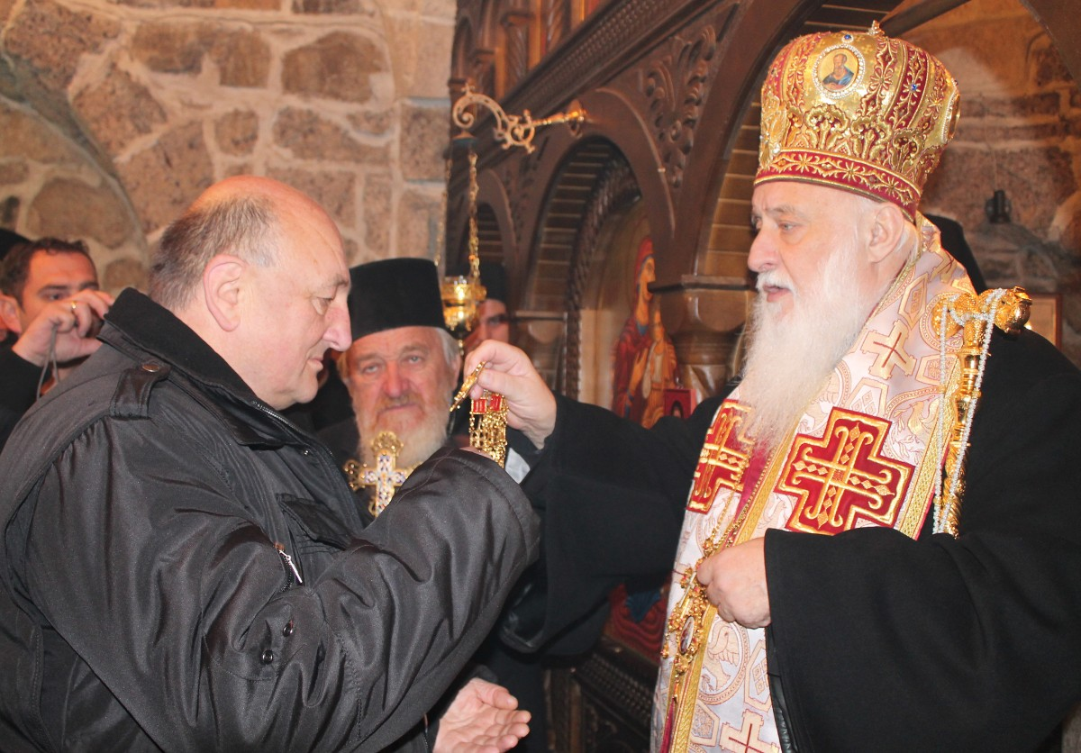 Владика Филарет уруцио је орден Белог андјела Дусану Јелицу из Ивањице