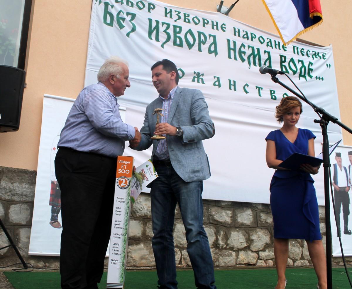 Арсен Ђурић, директор ТО Златибор, уручио је награду Милошу Бирићу из Криве Реке за најбоље уређено сеоско двориште