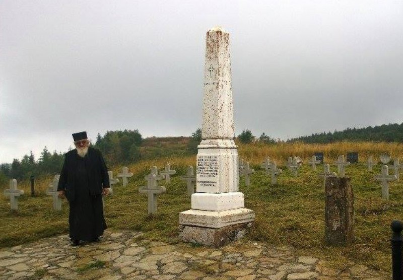 Опомене - игуман Макарије крај споменика мајору Илићу и јунацима