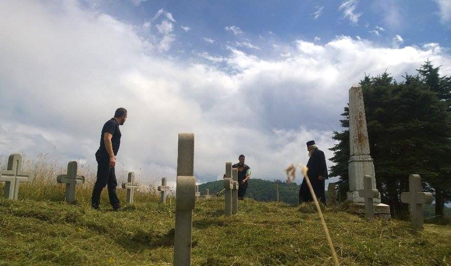 Акција на уређењу гробова и белега испод Василијина врха