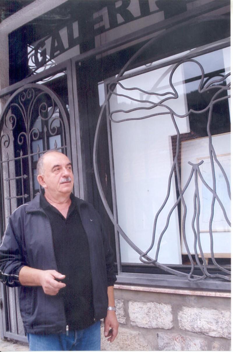 """Мухамед Хамко Ровчанин испред галерије """"Круг"""""""