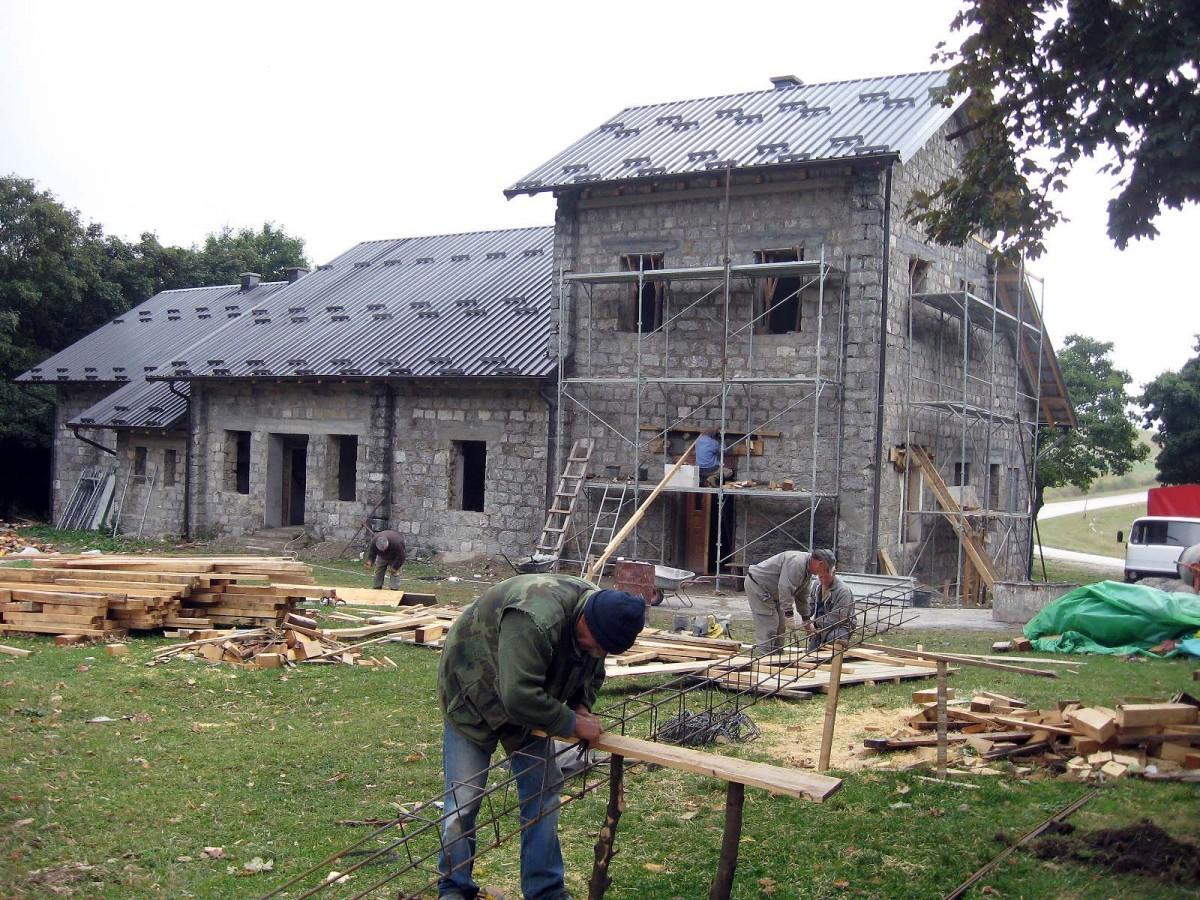 Шумарска кућа на Јавору – давно стигао асфалт са ивањичке стране
