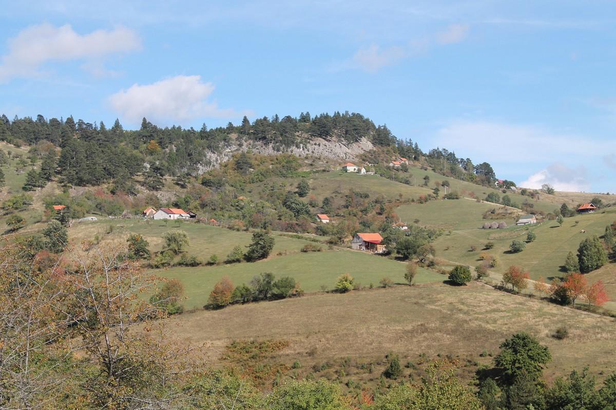 Куће у засеоцима Негбине под скутом планине