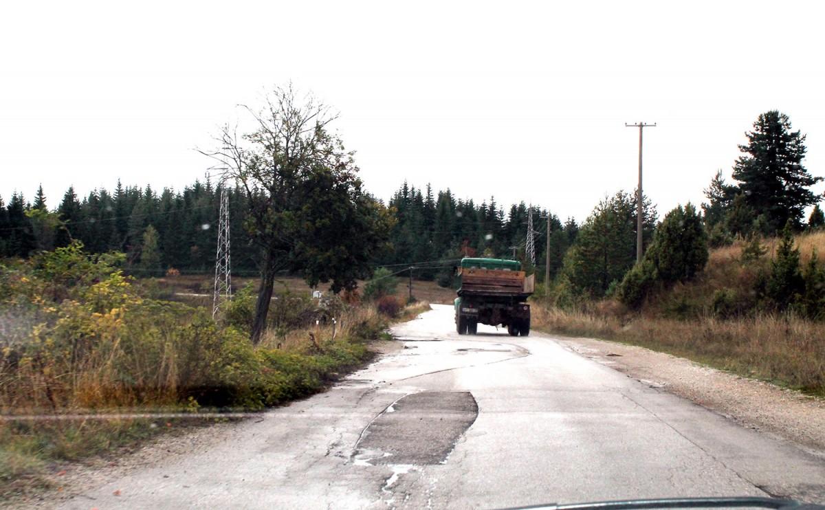 Прете рупе – терет, временске неприлике и клизишта узели данак на путу кроз Комаране
