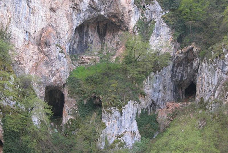 Савине испоснице, са олтаром на литици изнад Милешевке