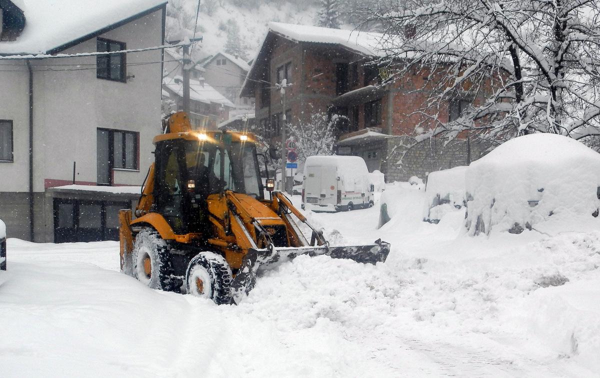 Чишћење снега у приградском насељу Суводо (Фото: Ж. Дулановић)