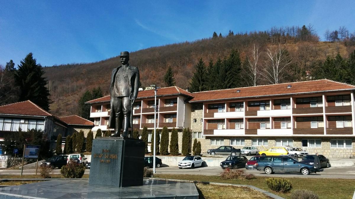 Trg vojvode Petra Bojovića Nova Varoš Spomenik vojvodi Petru Bojoviću na istoimenom trgu i hotel Jezero
