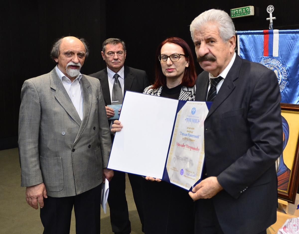 Milić Petrović prima nagradu