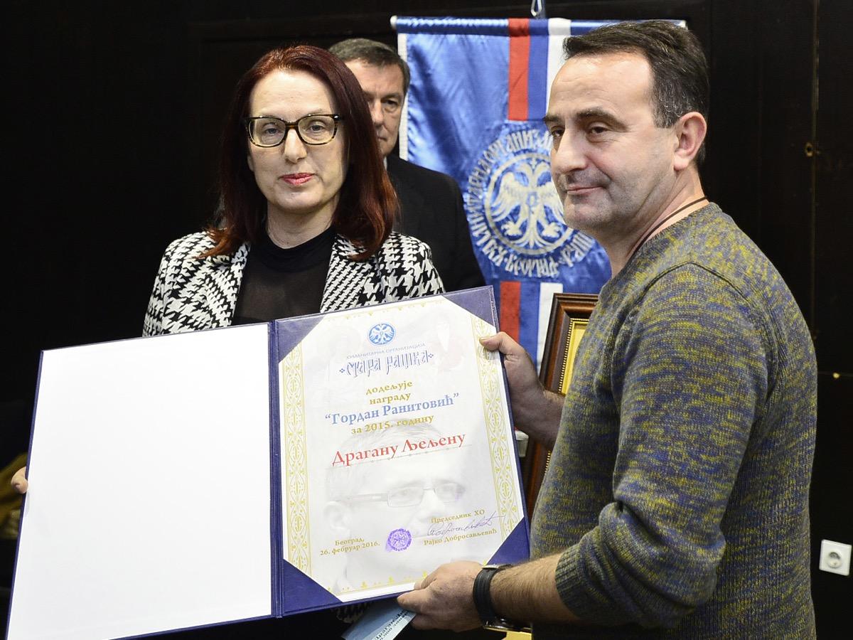 Dragan Ljeljen prima nagradu