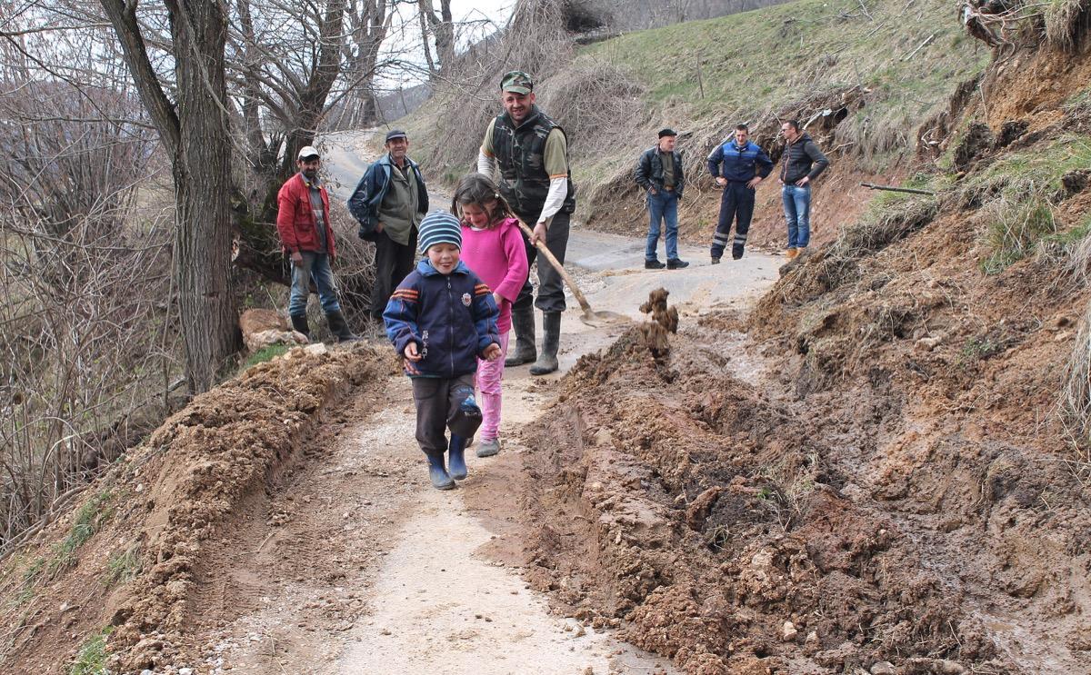 Odroni Gornja Bela Reka Voda i zemlja podigle asfalt u zaseoku Vitorovici