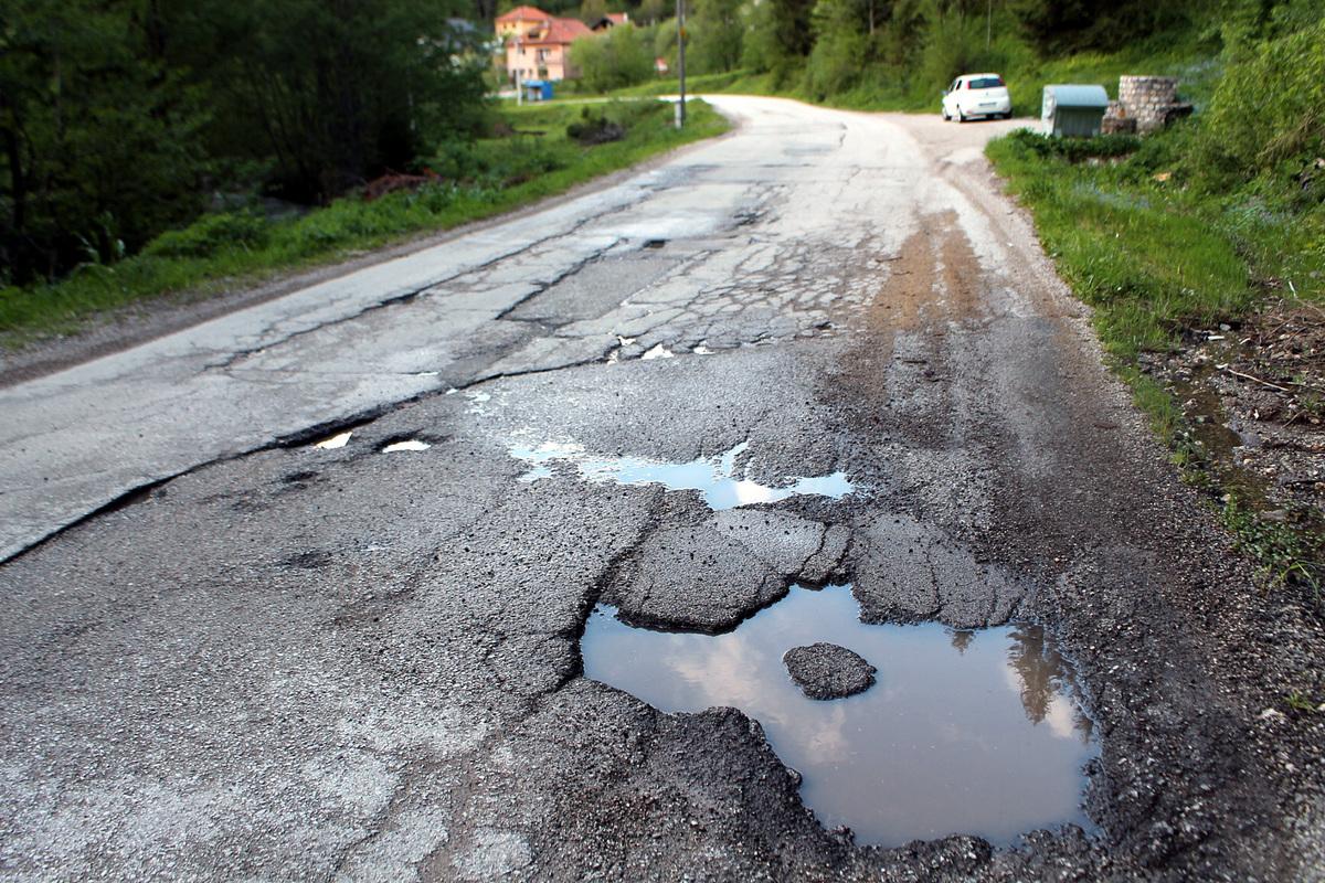 Рупе - oштећења загорчавају живот путницима и возачима на друму Нова Варош – Растоке