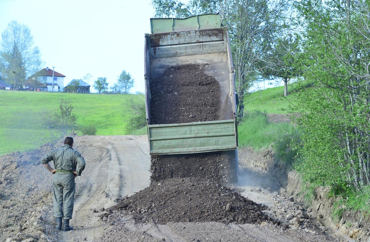 Vojska gradi put u Miševićima