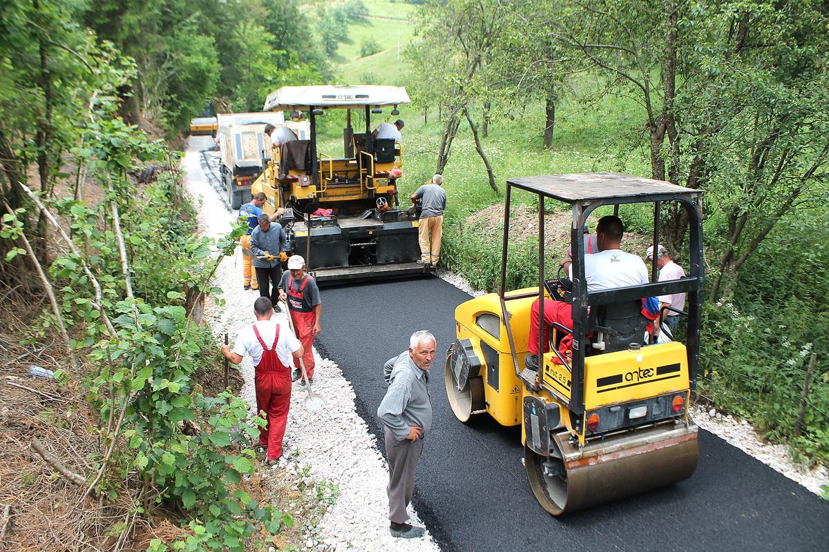 Асфалтирање пута до Врлана у Босању 1 Asfaltiranje deonice puta Kosa - Vrlan u Amzicima (Foto D. Gagricic).jpg