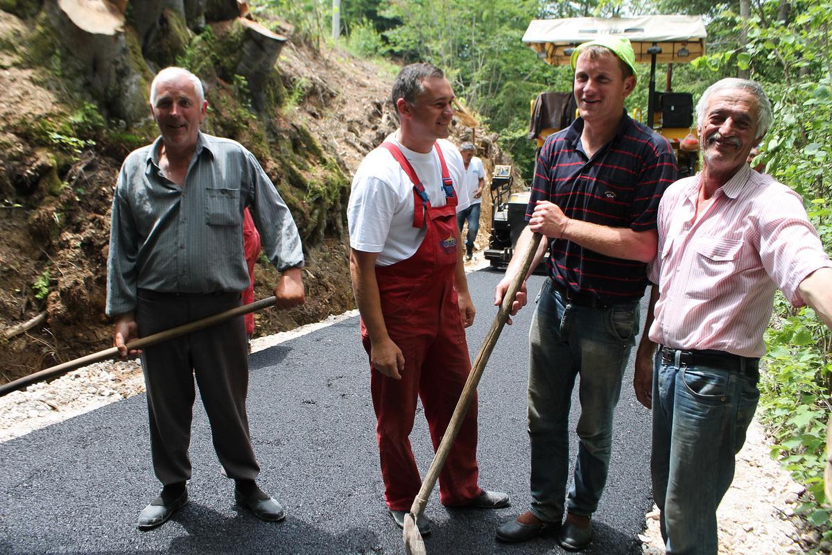 Асфалтирање пута до Врлана у Босању 3 Akcijasi - Mire i Vlade Vucicevic, Slobodan Lecic i Vlasto Saponjic.jpg