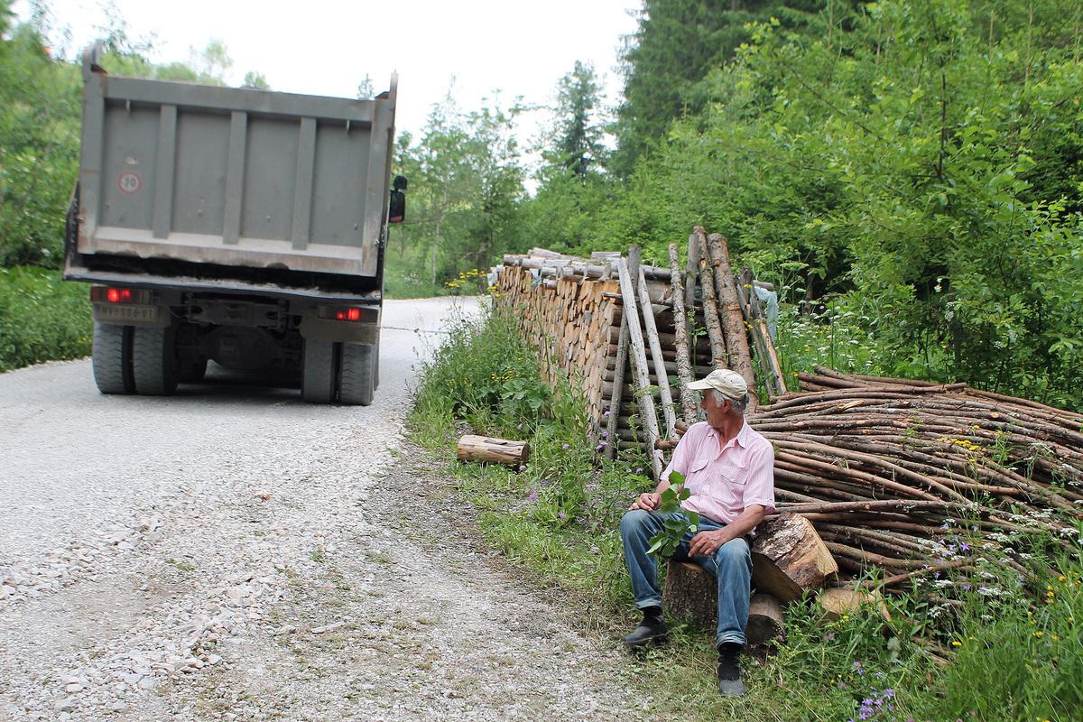 Асфалтирање пута до Врлана у Босању 4 Brze do kuca, lakse do drva u Bosanju.jpg