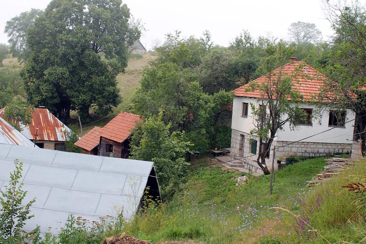 Куће Топаловића у Дубоком Долу, на крају села