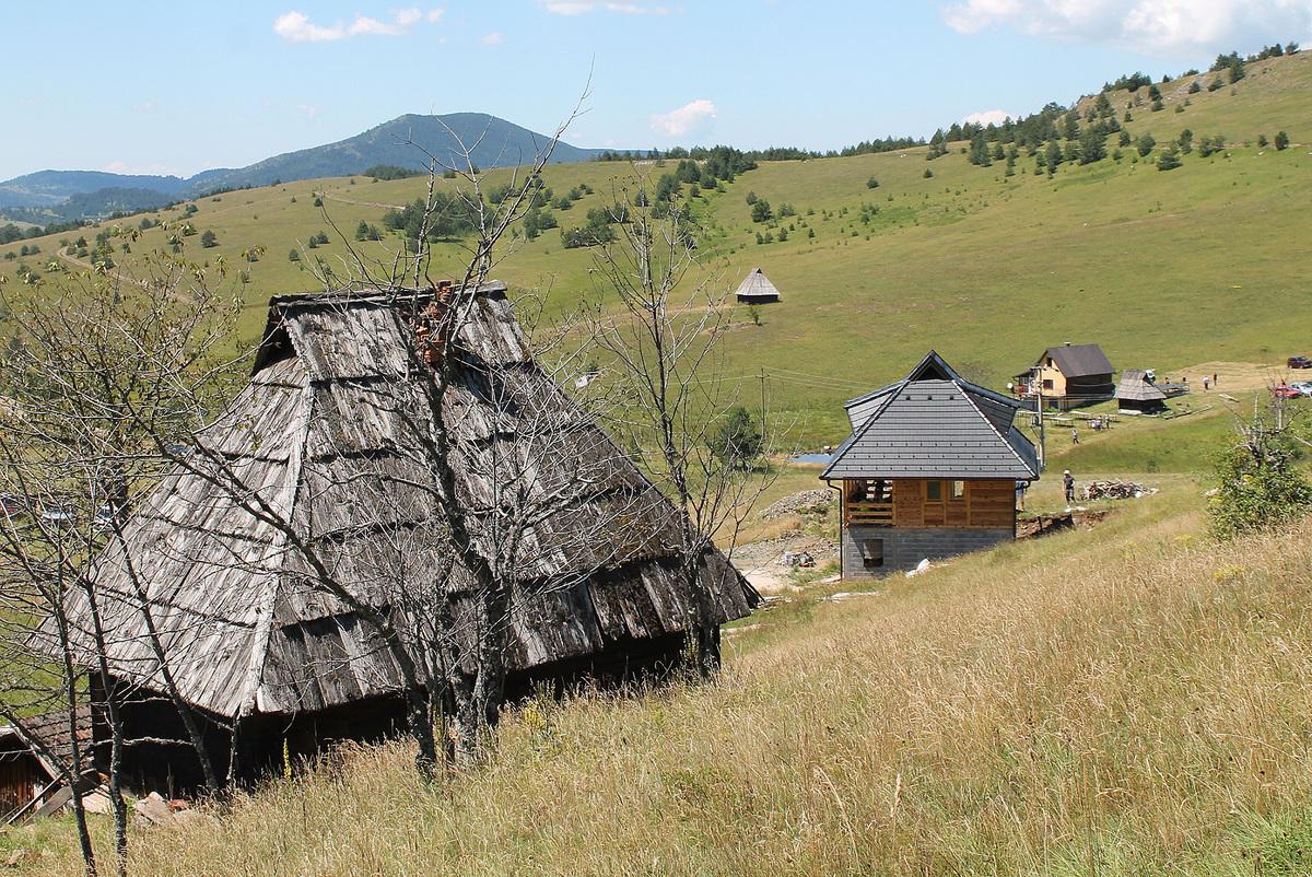 На летњим стаништима сточара Драглице ничу викендице Ливадафест 2016
