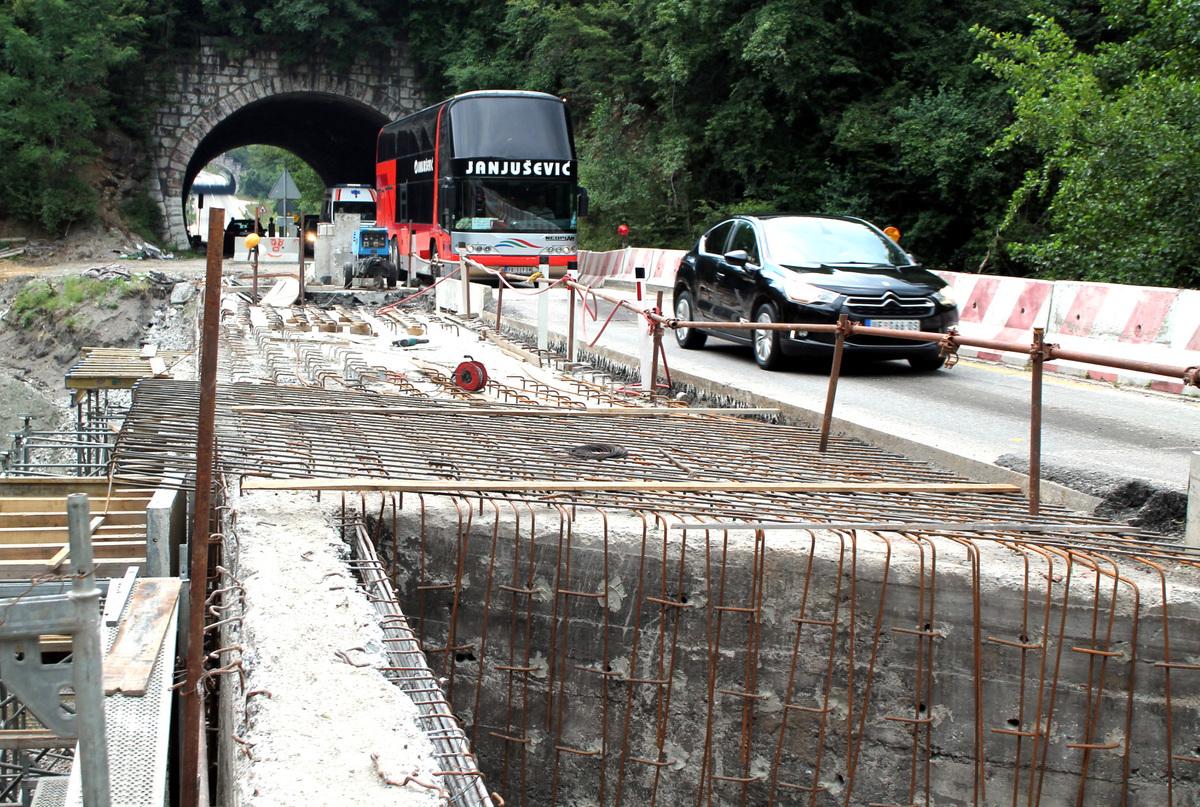 Поправка моста преко Бистрице Замена оштећених делова моста трајаће до краја септембра