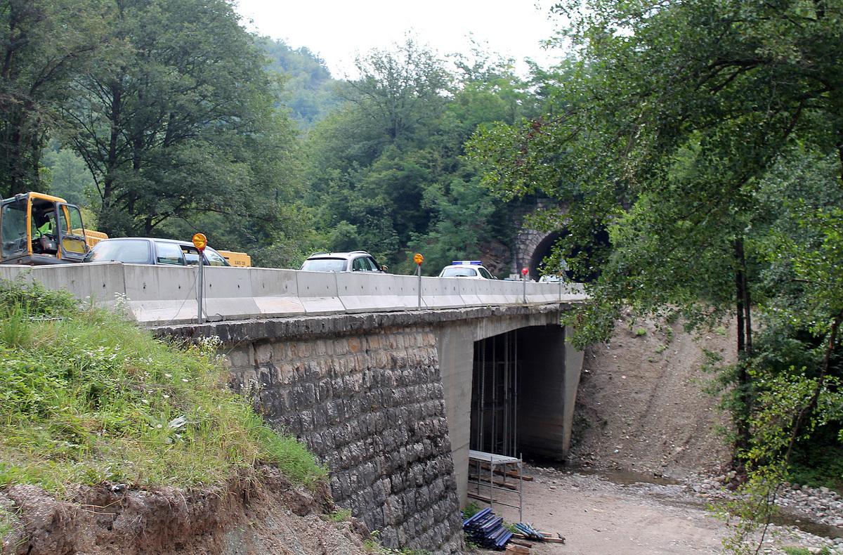 Поправка моста преко Бистрице Ојачани крилни зидови, мост ће добити пешачке стазе и ограду