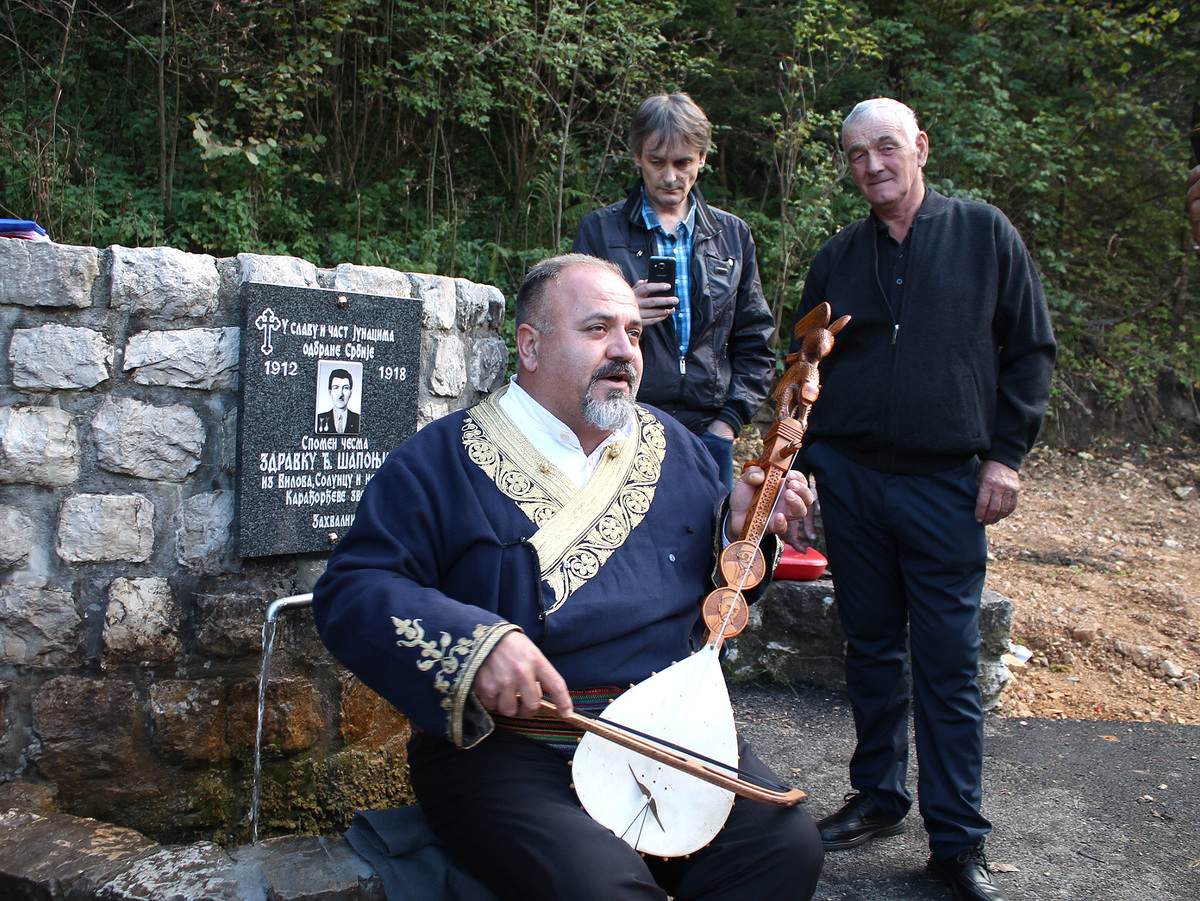 Милић Шапоњић, из Чачка, пева о јуначким временима