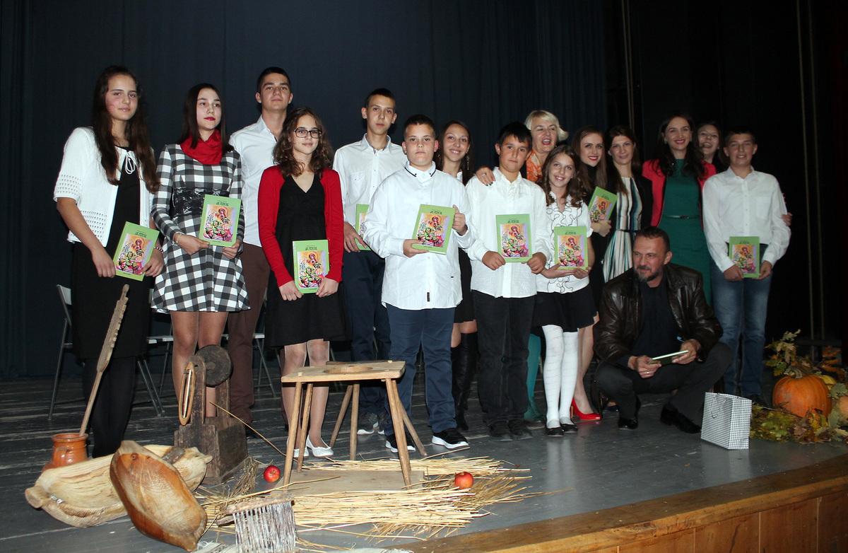 """Учесници програма """"Отвори се корица нове књиге"""" Представљена трећа књига песама """"Дани"""" Радојице Перишића."""