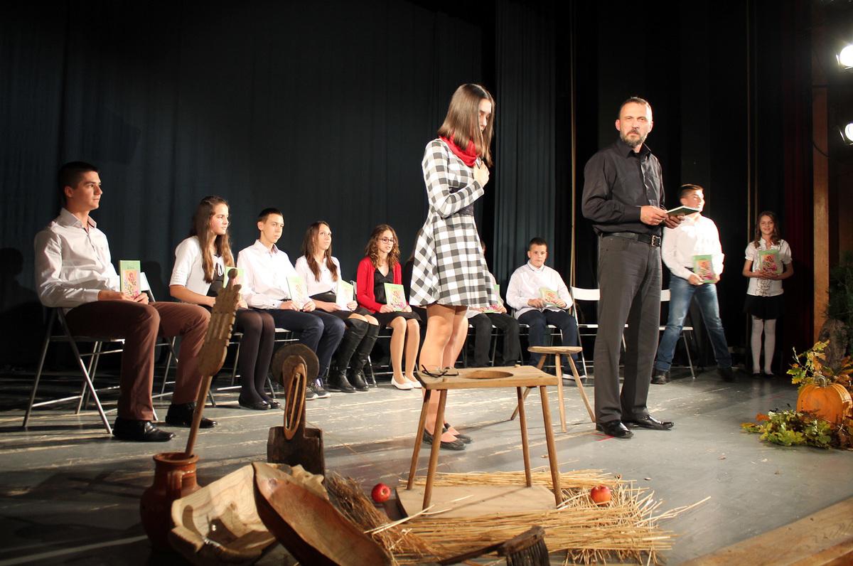 """Врело стихова на позорници Дома културе Представљена трећа књига песама """"Дани"""" Радојице Перишића."""