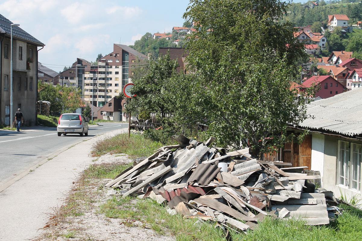 Гомиле отпадака поред магистралног пута кроз град